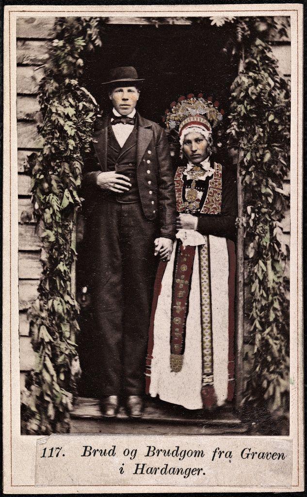 Beskrivelse / Description: Drakt fra Granvin (Hordaland). Visittkort / Carte de visite. Dato / Date: ca. 1860-1870 Fotograf / Photographer: Marcus Selmer (1819-1900) Digital kopi av original  / Digital copy of original: s/h papirpositiv, visittkort, kolorert Eier / Owner Institution: Nasjonalbiblioteket / National Library of Norway Lenke / Link: www.nb.no Bildesignatur / Image Number: bldsa_FA0547