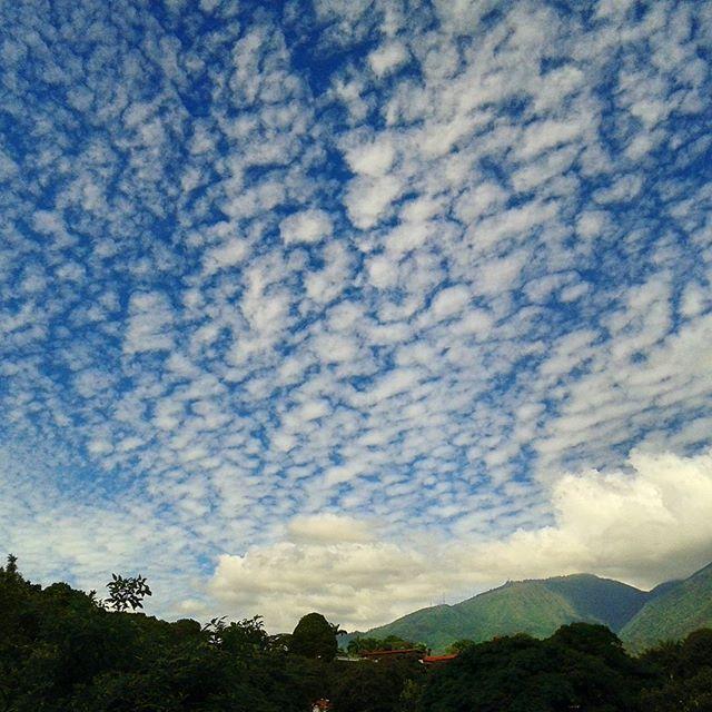 Cielo caraqueño esta mañana// the sky in Caracas this morning #Caracas #Venezuela #cielo #sky #cloudscape #cloudstagram #cielomania #ElNacionalWeb
