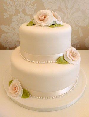 Hochzeitstorte mit 2 Reihen mit Zuckerweinleserosen   – Украшения /torte