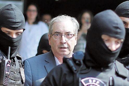 Lava Jato – Eduardo Cunha completa um ano na prisão Nesta quinta-feira (19/10/2017) completa um ano da prisão de Eduardo Cunha, ex-presidente da Câmara dos Deputados. Em outubro do ano passado, o parlamentar foi preso pela Polícia Federal em seu apartamento, em Brasília, por ordem do juiz S...