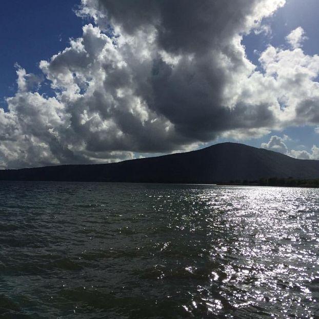 Nuvole minacciose sul lago