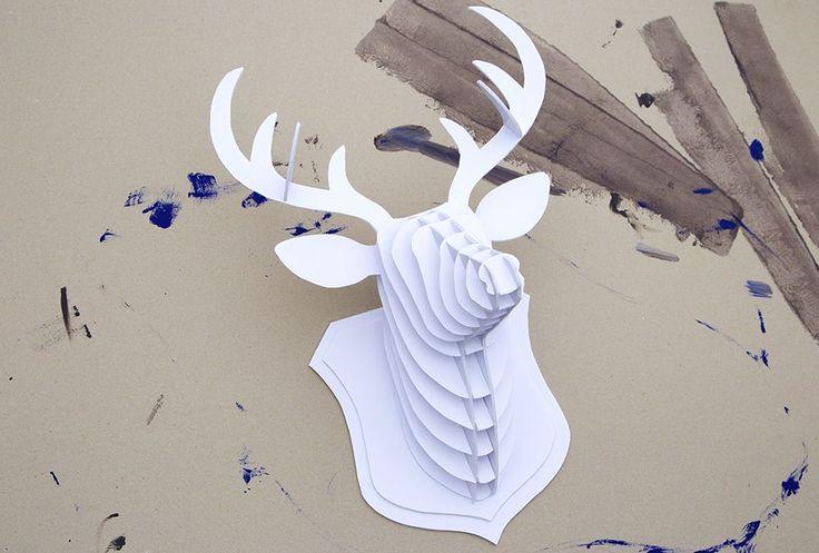 Découvrez comment réaliser un DIY tête de cerf très facilement pour une déco design. Pas besoin de partir en chasse pour avoir un joli trophée à accrocher !