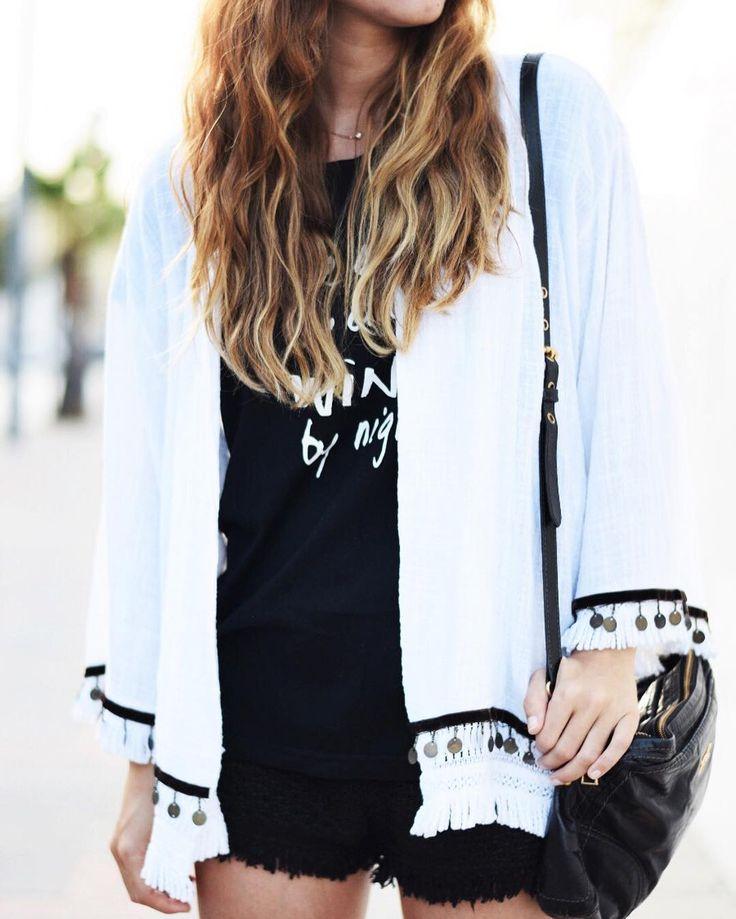 La estética boho nos ha robado el corazón. Toma nota del look de @modajustcoco   con chaqueta blanca y detalles de monedas. #tendencia #fashion #style #estilo #moda #inspiration #outfit #outfitoftoday #shopping #barcelona #streetstyle #shop #sales #boholook
