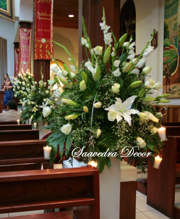 Flores utilizadas: Gladiolas, rosas, lirios y  baby brest. Detalle velas colgando