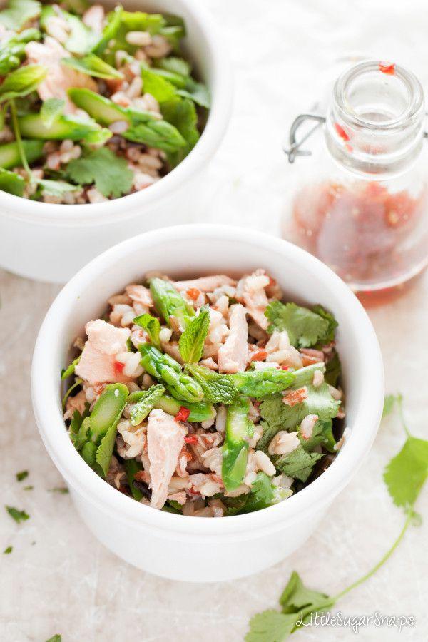 Não é uma salada mas podia ser, porque é tão verde e cor-de-rosa que é quase, quase uma salada. Saudável é com certeza. E também é saborosa e original, porque o molho é inspirado nos típicos sabores tailandeses, como a lima, o molho de peixe e o chili, a h...