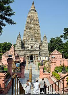 2002年に世界遺産にしていされた52mの高さの塔。ブッダガヤのマハーボディ寺院。インド 観光・旅行の見所!