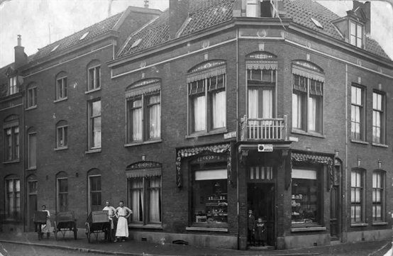Gezicht op de bakkerij van C. Pluijgers (Gildstraat 2) te Utrecht met links de Blauwkapelseweg, 1905-1915.