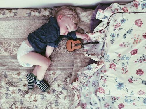 Petit Garçon endormi et Ukulélé.