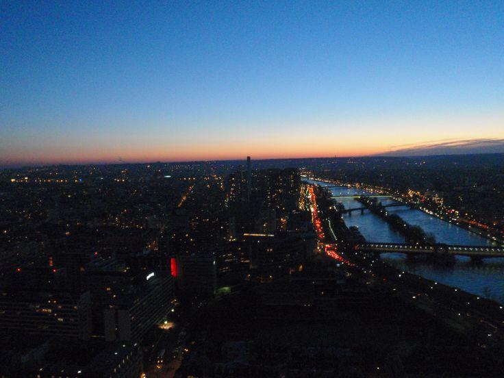 Un atardecer hermoso desde lo alto de Eiffel a 3 grados