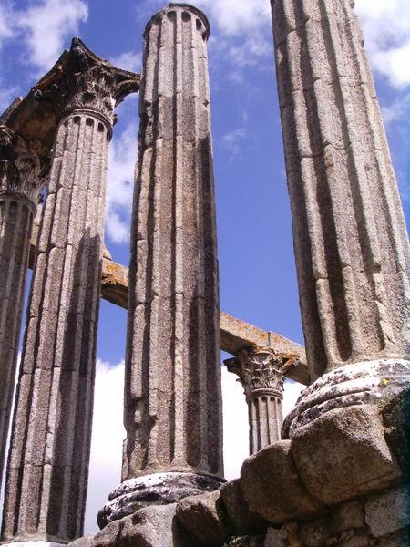 Zuilen met cannelures in de Romeinse tempel van Évora (Portugal)