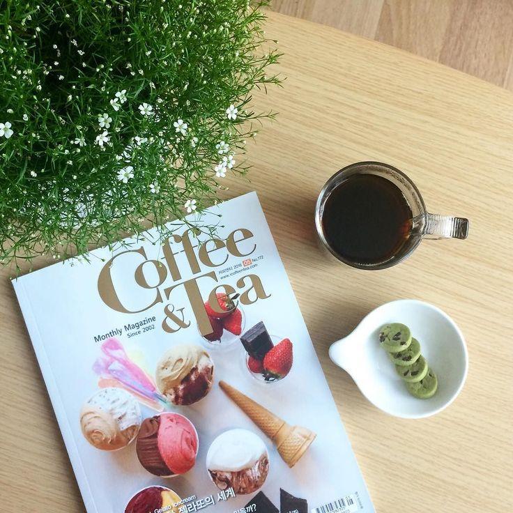 _ 마냥 널부러지고 싶은 금요일 커피 한 잔 하고 후리릭 택배 포장하고 다시 널부러져야징 . #커피타임 #coffeetime #coffee  #마차쿠키 #coffeeandtea #magazine #5월호 #불금 by sister_salon_table