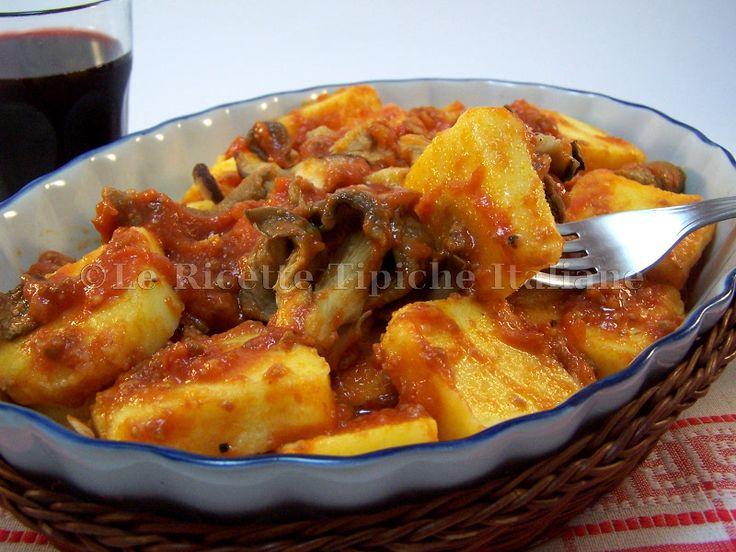 Polenta pasticciata alla ciociara! Classico della cucina ciociara invernale è il piatto di polenta con spuntature di maiale o salsicce, una pietanza che ri