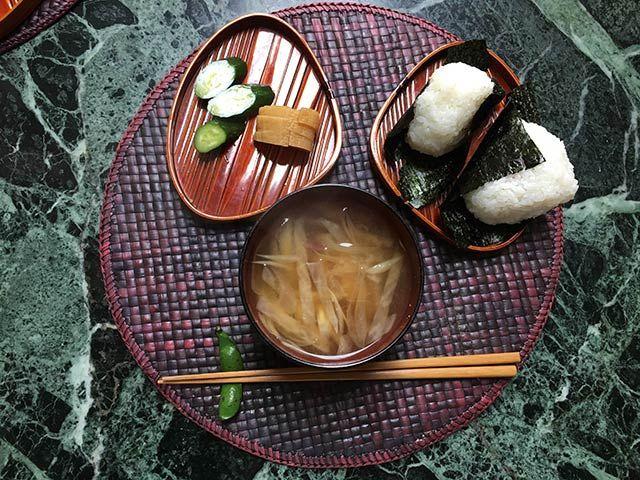おにぎり(鮭)、たくあん、きゅうり、味噌汁(大根とミョウガ)