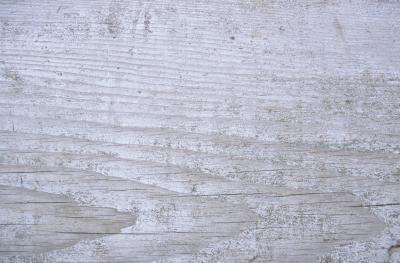 Het eindresultaat van een whitewash behandeling van nieuwe steigerplanken.