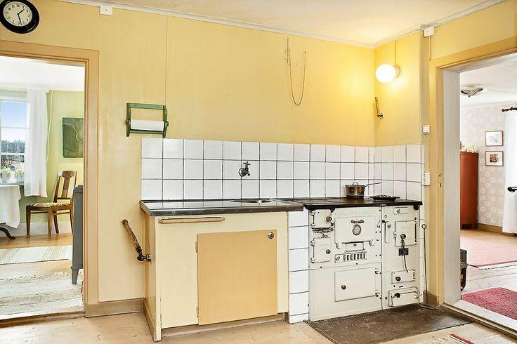 Kök i gammal stil med vedeldad spis Här skall det dras in nytt vatten i sommar