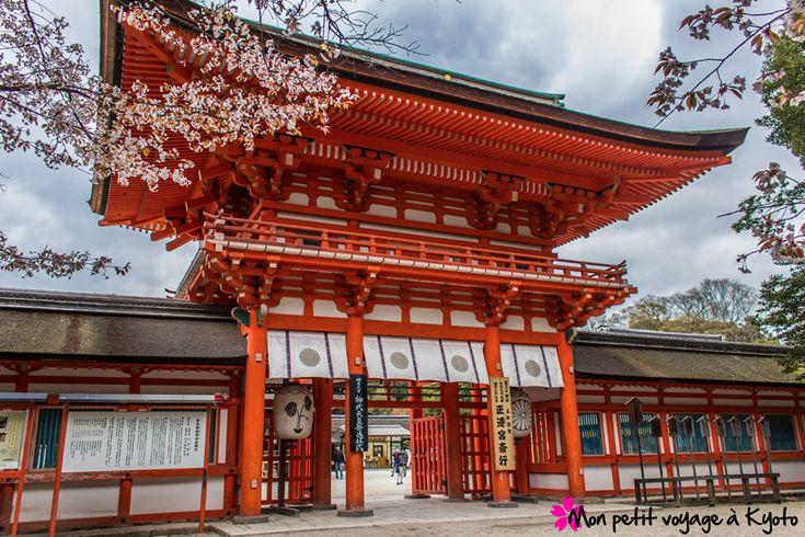 En pénétrant dans une allée de la forêt primaire Tadasu no mori, la porte rouge du sanctuaire Shimogamo-jinja nous accueille. Il est le plus ancien sanctuaire de Kyoto. Son véritable nom est Kamomioya-jinja.  Plus d'informations et de photo sur : http://voyageakyoto.fr/shimogamo-jinja/  #Kyoto #Shimogamojinja #Sanctuaire