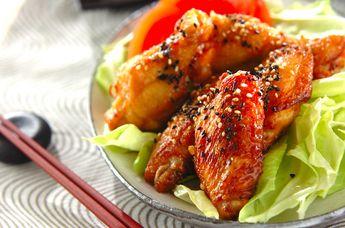 味がしっかりとしみ込んだ鶏肉を低めの温度でじっくりと揚げることでカラっとした仕上がりに! 一晩漬け込むとより味がしみ込みます。