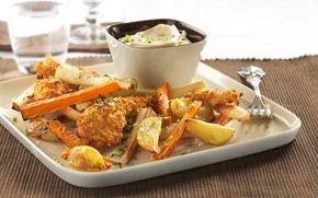 """Sprøde kyllingebidder med rodfrugtfritter Engelsk """"Fish and chips""""?? Måske! Her er fisken bare skiftet ud med paneret kylling og chipsene (pommes frites) er sundere ovnbagte rodfrugter."""