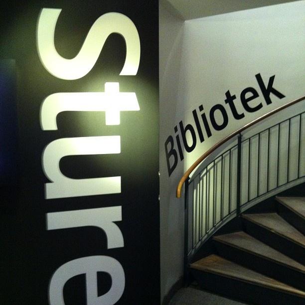 Nyfiken på @sturebibblan på #läsardagen ? Ta trappen upp!