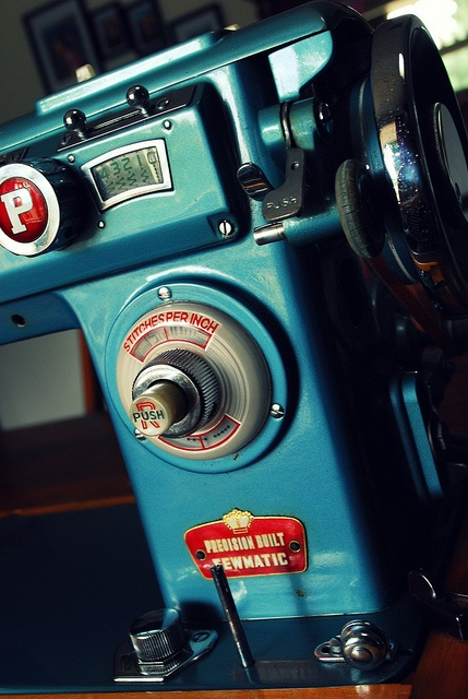 Vintage Sewing Machine. Im in luuuuv wiith tiis machine.^_~