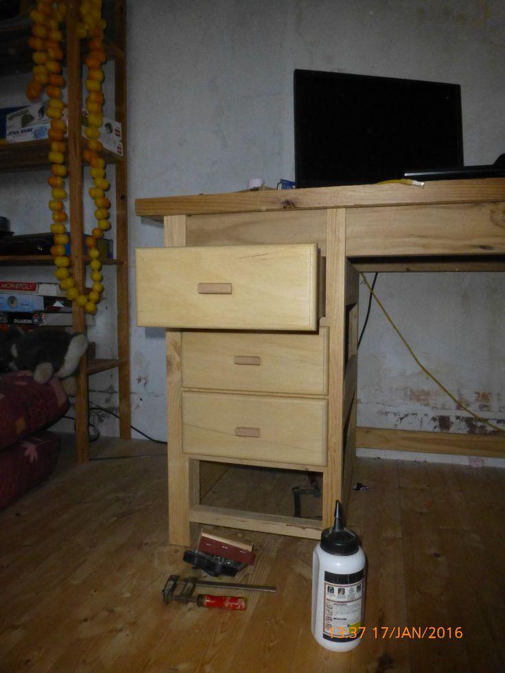Bureau en Pin, tiroirs en peuplier et boutons en hêtre
