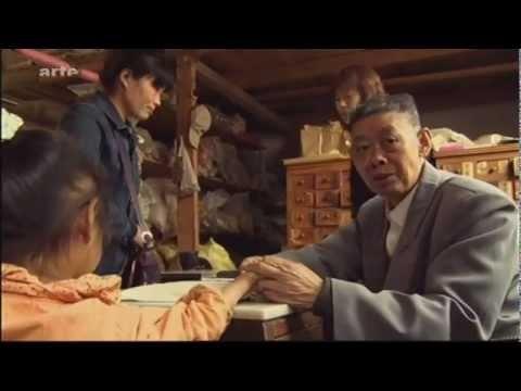 """""""Um eine Krankheit zu behandeln, bedarf es eines großen Arztes, um die Gesundheit zu erhalten aber eines wahren Meisters"""", so lautet ein chinesisches Sprichwort. Der Dokumentarfilm """"Qi - Auf den Spuren chinesischer Heilkunst"""" beschreibt die Reise der Filmemacherin Solveig Klaßen durch die Volksrepublik China auf den Spuren der tausendjährigen Traditionellen Chinesischen Medizin und der Menschen, die sie bis heute praktizieren: Familienärzte, die ihr Wissen und ihre Geheim-Rezepte von…"""