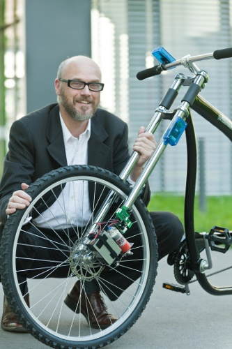 Système de frein de vélo sans câbles ni levier de frein. Invention du professeur Holger Hermanns