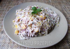 Sałatka z makaronem ryżowym i kiełkami