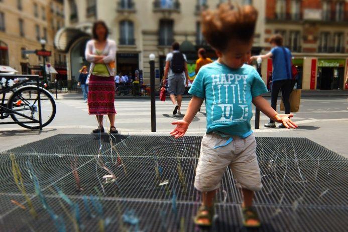 Дождливый день на площади Пикадилли в Лондоне можно весело провести на вентиляционной решетке. По крайней мере так считает этот счастливый малыш. Запечатлел его фотограф из Новой Зеландии Стив Кук. Конкурс Всемирной организации фотографии при поддержке компании Sony проводится с 2007 года