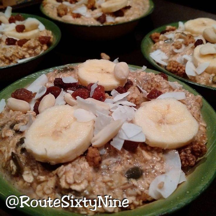 NL  •ontbijt voorbereiden: gebakken havermout met moerbeien, noten, zaden, kokos snippers en banaan ….. EN  • preparation for breakfast: baked oatmeal with mulberries, nuts, seeds, shredded...