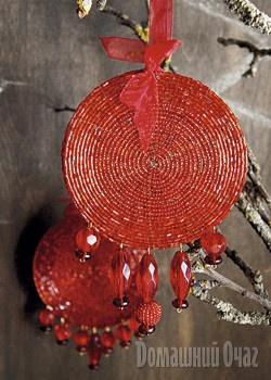 Новая игрушка для елки.    Великолепные украшения можно сделать из бисерных подставок под чашки и стаканы.