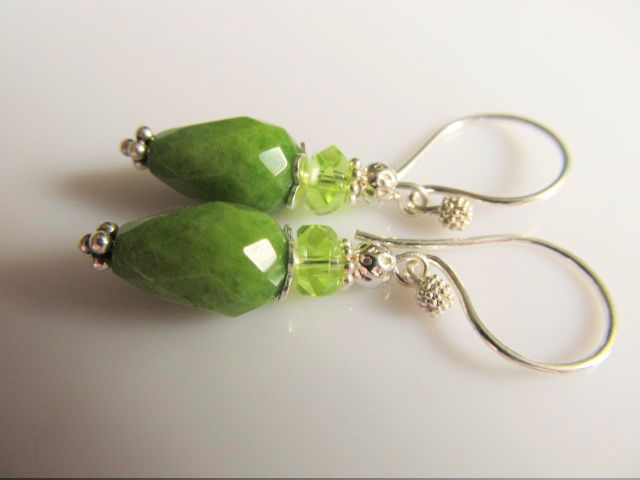 Oorbellen Grasgroen jade pegel facet met glas rondel facet en bewerkt zilveren kraaltje. geheel zilver