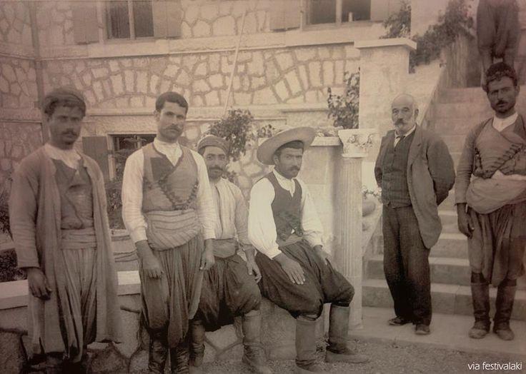 Πριν περιπου 100 χρόνια. Μέλη της ομάδας ανασκαφής των ανακτόρων της Κνωσού στην Βίλλα Αριάδνη την οποία ο Άρθουρ Εβανς χρησιμοποίησε ως βάση για την ανασκαφή της Κνωσού την οποία πρώτερα είχε ανακαλύψει ο Μίνωας Καλοκαιρινός.