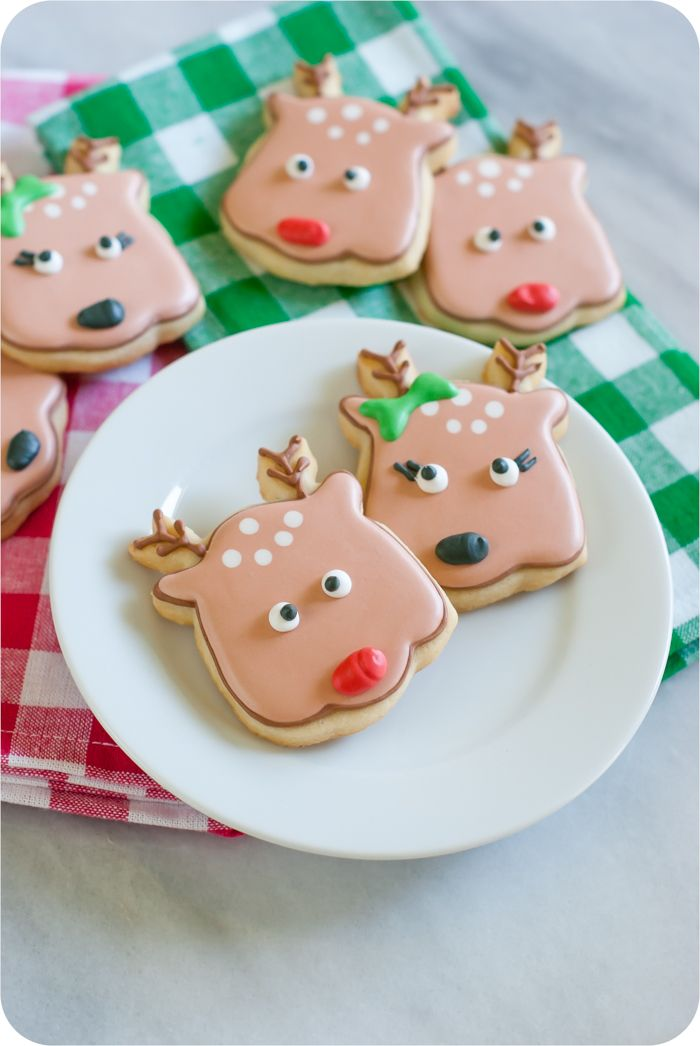 reindeer face decorated cookies from @bakeat350