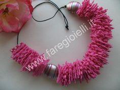 """Con i tappetini antiscivolo si possono realizzare collane molto colorate, esempio di riciclo creativo della plastica. Queste collane sono lavoretti facili anche per bambini che si divertiranno a ritagliare e a infilare le loro """"perle quadrate antiscivolo"""" da regalare alla mamma. Cosa Occorre ..."""