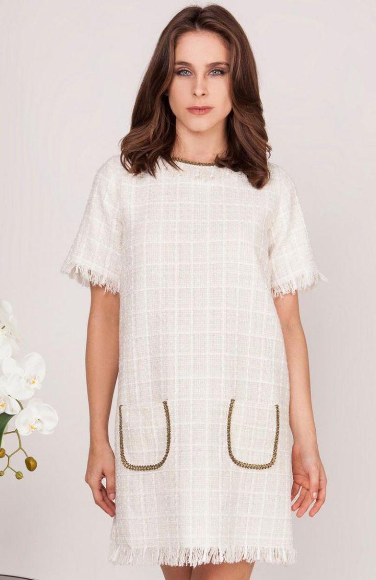 Milu by Milena Płatek MP435 sukienka ecru Modna sukienka, wykonana z ciekawej przeplatanej dzianiny, krótkie rękawy wykończone strzępieniem