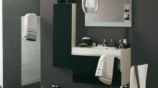 Les contraires s'attirent. Un jeu positif/ négatif sur lequel le binôme black and white s'infiltre dans la salle de bains, maîtresse du bien-être m...