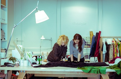 Magazinul si atelierul Portobello a fost locatia aleasa de Nadia Popescu si Irina Markovits pentru cele mai bune si numeroase idei asupra creatiei vestimentare finale in proiectul Peroni Collaborazioni. Cele doua membre ale acestei echipe s-au hotarat sa puna accentul pe un material pretios, care va sugera lux si eleganta la o petrecere a acestui sezon, dupa cum povesteste Irina Markovits.