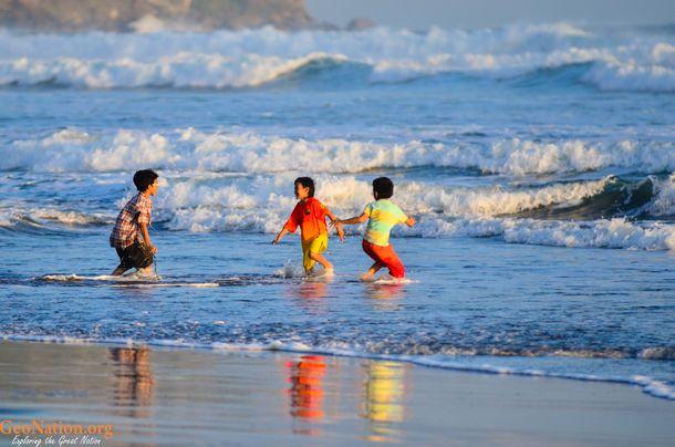Bermain ombak di Pantai Parangtritis  www.geonation.org