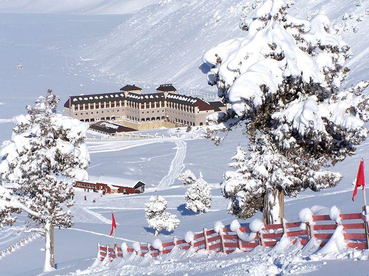 Kış manzaralarının tablo gibi sergilendiği odalar, şömine başı sohbetler ile unutulmaz bir kayak tatili Sirene Davras Otel'de 162,50 TL'den başlayan fiyatlarla sizi bekliyor!