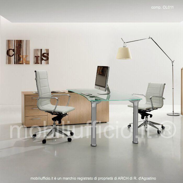 comp. OL011 - #scrivania #direzionale con top in vetro temperato e basamento in metallo, in appoggio su #mobile di #servizio bifacciale.