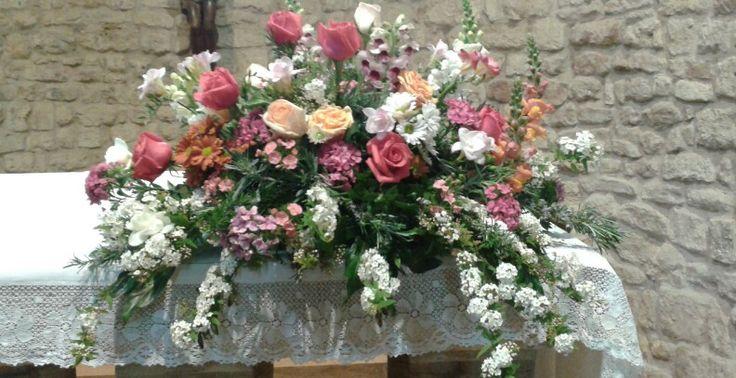 Composizione per altare per matrimonio. Fiori misti colorati. Sabrina e Enos.  Sant'Appiano. Aprile 2015