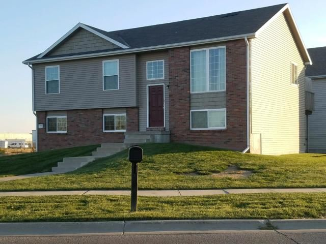 930 Lamont Dr Lincoln Ne Renting A House House Styles House