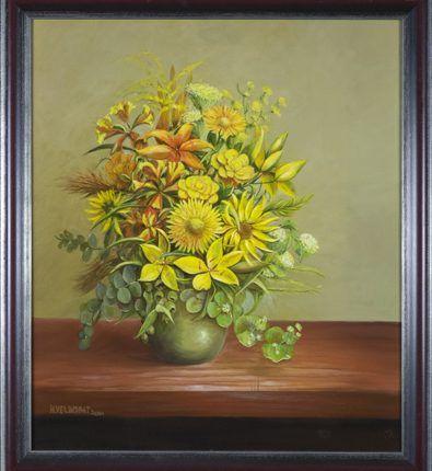 Herfstboeket van gele bloemen met oranjetinten, 2001  Olieverf op linnen, afmeting 60 x 70 cm  Een uitbundig boeket van gele bloemen met oranje najaarstinten op een vaas. In het schilderij zijn bloemen verwerkt zoals lelie, roos, zonnebloem, alstroemeria, dille, eucalyptus, euphorbia (wolfsmelk), solidago (gulden roede) en grassen. De oranjetinten in het boeket worden versterkt door de bruine kleur van de plank waarop de vaas staat en waar enig licht op valt.
