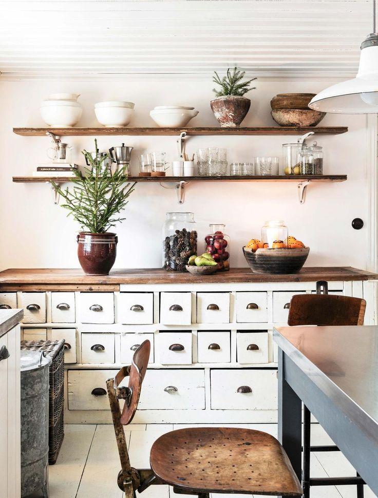Köpmansdisken är ett kärt fynd som rymmer massor. På väggen finns hyllor byggda av överblivna golvbrädor och konsoler från gamla handfat.