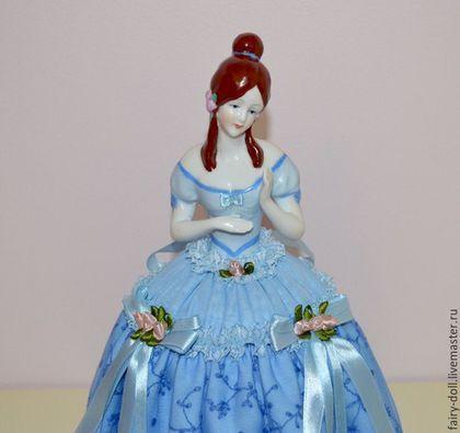 Большая старинная кукла половинка / Кукла игольница / Half doll в интернет-магазине на Ярмарке Мастеров. Очень красивая большая кукла-половинка / Кукла игольница / Half doll Куколка прекрасно расписана.Очень миленькое личико, интересная прическа, которую украшают цветы. Юбочка сшита мной, приработок использовано кружево, шёлковая ткань, подушечка набита синтепоном. Размер фарфоровой куколки 13,5см, размер куколки с юбочкой 31см.