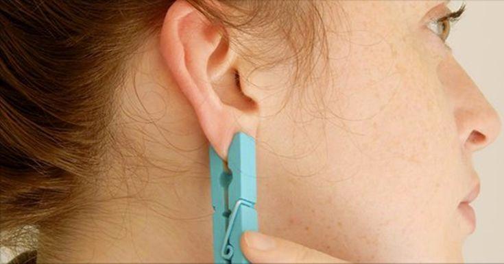 Ella sujeta una pinza para la ropa en la oreja. ¿La razón? Esto lo tengo que probar la próxima vez que tenga dolor de cabeza.