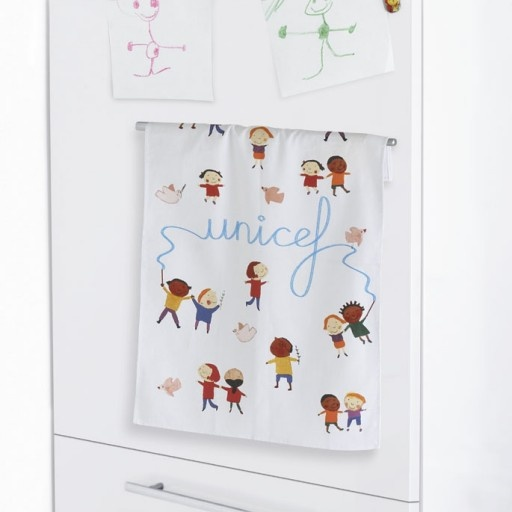"""Canovaccio """"Un mondo per tutti"""". Bambini felici e colombe della pace per aggiungere un tocco di allegria in ogni cucina. Un pensiero utile da regalare.  http://regali.unicef.it/index.php/biglietti-e-regali/per-la-casa/canovaccio-un-mondo-per-tutti.html"""