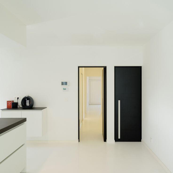 Porte int rieure noir de anyway doors avec des poign es encastr es doors pinterest portes for Porte interieure noire