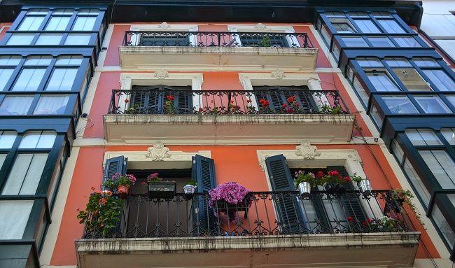 Balkons en erkers in het oude stadsdeel van Bilbao (Baskenland) #Baskenland #vakantieSpanje #stedentripSpanje #Bilbao
